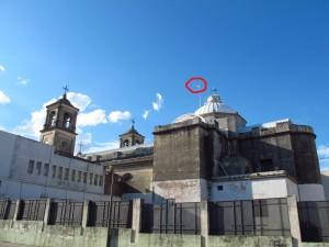 Hauptkirche von Paysandu. Auf dem Dach die uruguayanische Staatsflagge? Das habe ich noch nie gesehen. Dürfen die das? Was sagt der Papst dazu?