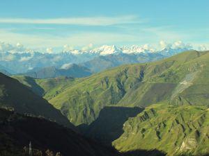 Das Foto entstand auf einer Hoehe von etrwa 4000m. Alles ist noch gruen und hinten stehen die grossen Jungs mit Schnee oben drauf